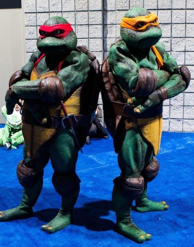 http://cosplaydaily.files.wordpress.com/2013/12/cosplay-tmnt-raphael-and-michaelangelo-01b.jpg?w=625
